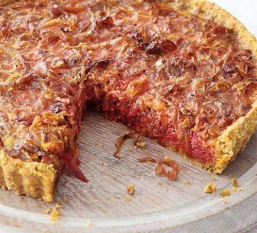 Torta de cebola caramelizada e beterraba