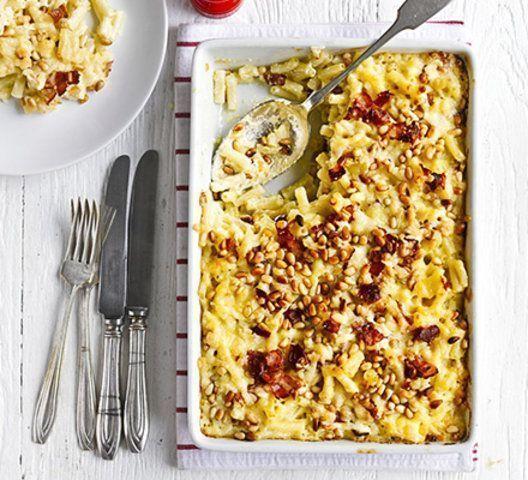 Macarrão com queijo, bacon e pinhões