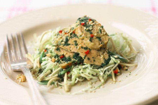 Carne de porco e salada de macarrão crocante