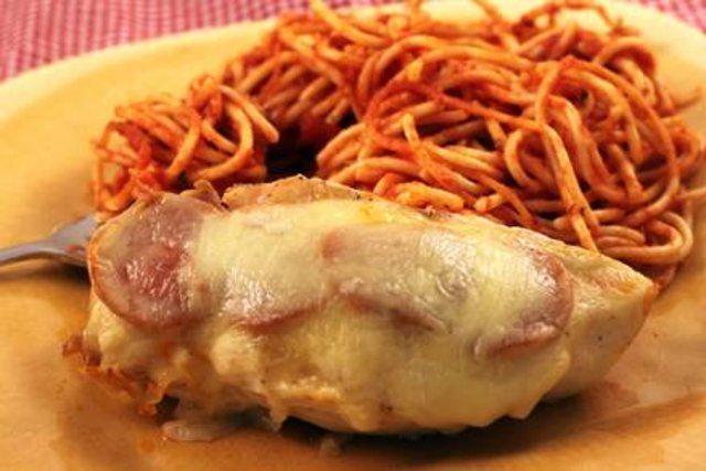 Frango assado com peperroni e queijo