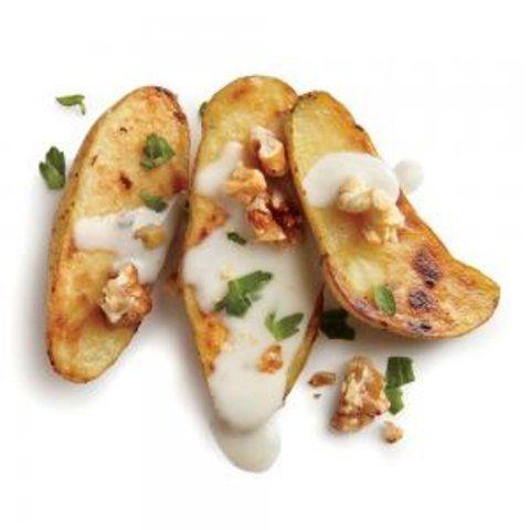 Batatas de frigideira com queijo azul e nozes