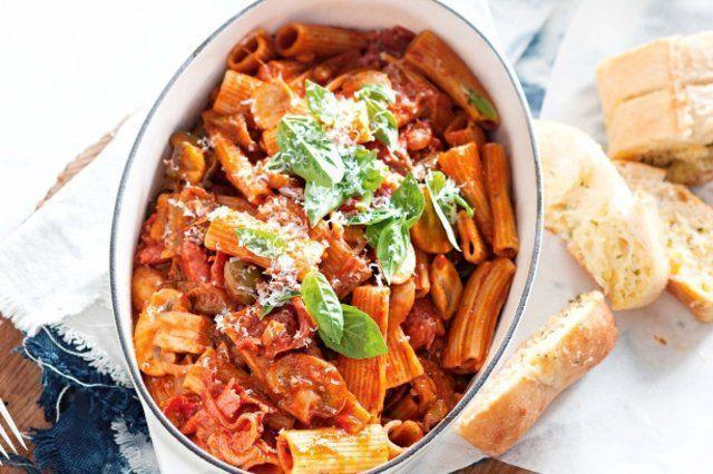 Massa com salame, cogumelos e molho de tomate