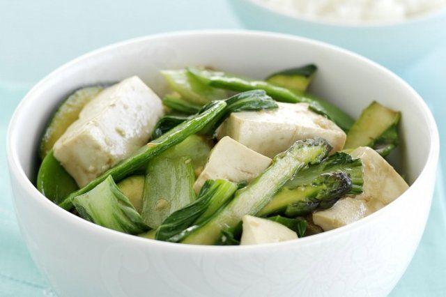 Tofu com ervilhas e rúcula