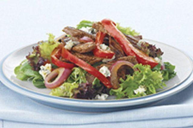 Carne quente com salada verde e queijo