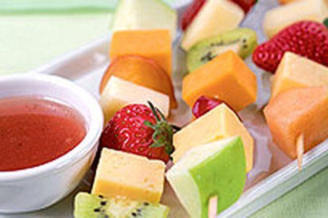 Espetos de fruta e queijo