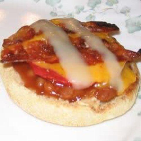Sanduíches abertos de feijão, cheddar e bacon