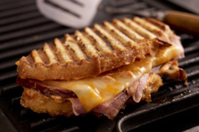 Sanduíche simples grelhado de presunto e queijo