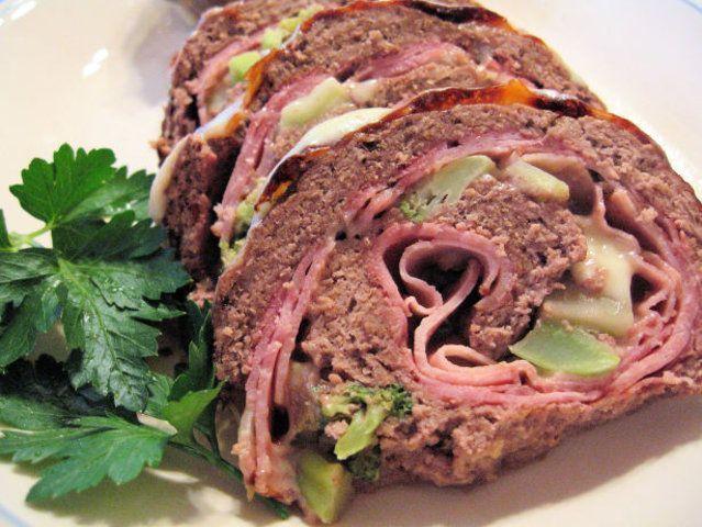 Rocambole de carne com presunto, queijo e brócolis