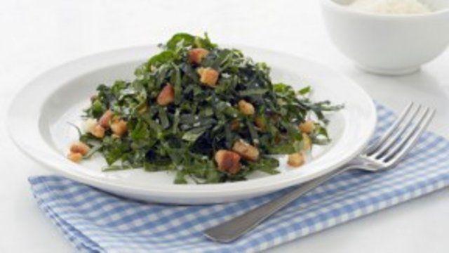 Salada de couve com croutons e molho de anchova