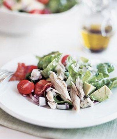 Salada de frango com bacon e abacate