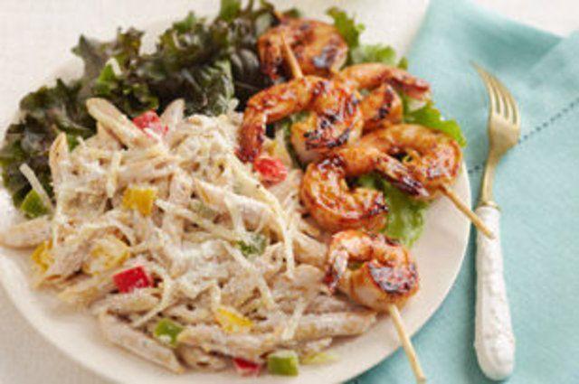 Salada de massa com espeto de camarão