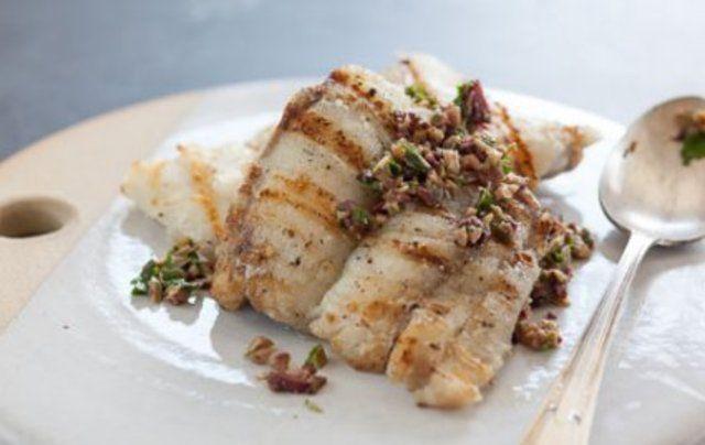 Peixe grelhado com molho de azeitona e salsa