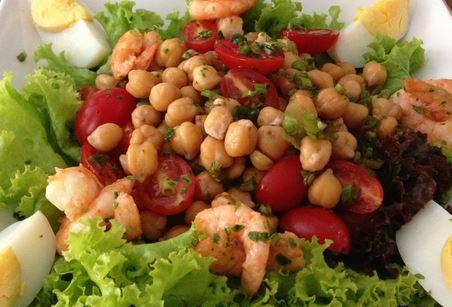Salada de grão-de-bico e camarão