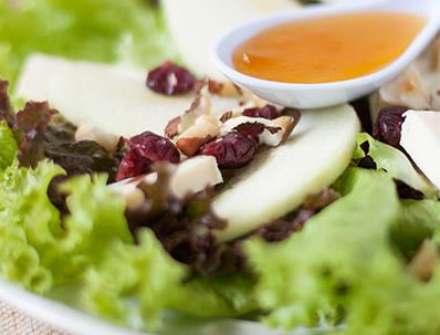 Salada de folhas com maçã, queijo brie e castanha do pará