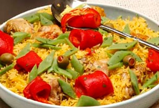 Arroz de frango com feijão verde e pimentos assados