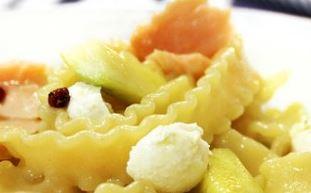 Fetuccine com queijo de cabra, salmão defumado e abobrinha