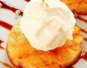 Abacaxi Caramelado com Sorvete