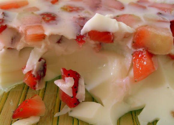 Gelatina de Iogurte com Morangos