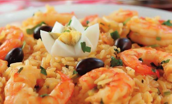 Risoto de  camarão com molho de soja e couve
