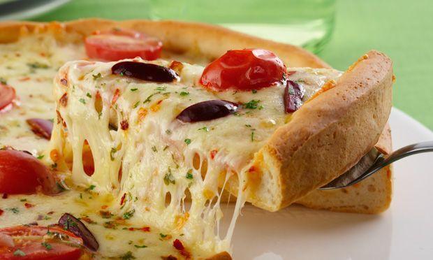 Pizza com queijos caseira
