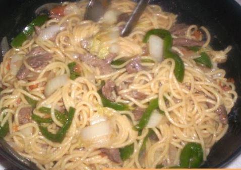Espaguete com acelga e shoyo