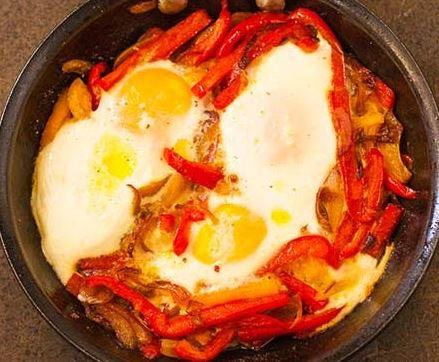 Ovos com pimentões coloridos e cebolas