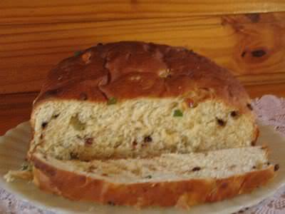 Pão com passas e frutas cristalizadas