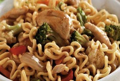 Yakisoba com frango e legumes