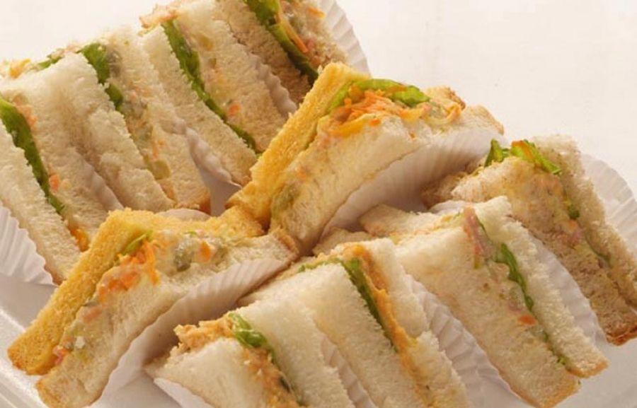 Sanduíche natural com recheio de cenoura e patê de frango