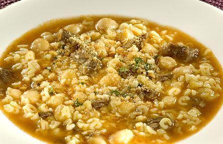 Sopa de grão de bico com macarrão