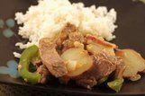 Carne em fatias com batata e pimentão