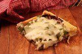 Pizza folhada de carne com queijo