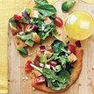 Pizza de rúcula com frango e abacate