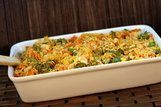Caçarola de macarrão colorido com legumes