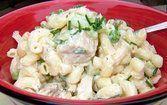 Salada cremosa de macarrão com atum