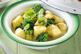 Peixe ao molho de curry com brócolis