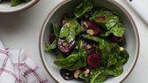 Salada de espinafre com cereja e bacon