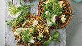 Lanche de frango com folhas
