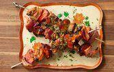 Espetos de carne de porco com ameixa
