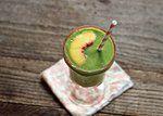 Smoothie verde com pêssego