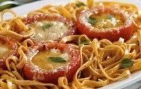 Macarrão com Tomates Recheados com Queijo